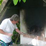 Bäckermeister Robert Puta bereitet den Steinbackofen vor